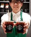 スターバックスコーヒージャパンが2020年3月までに全店で導入する、紙製ストロー(左)=26日午後、東京都千代田区