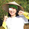 新潟県長岡市の山古志地域を訪れて米の脱穀をした小林幸子と中川翔子(撮影・松本久)