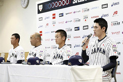 開幕を前に記者会見する(左から)奥川恭伸、永田裕治監督、坂下翔馬主将、佐々木朗希