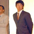 2003年12月5日、早大の学生だった鳥谷(右)は岡田監督の就任記念パーティーに出席した。強い絆で結ばれていた…