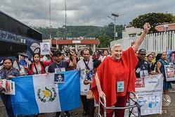 メキシコ南部チアパス州タリスマンに到着した、行方不明の中米不法移民の親50人で構成されたキャラバン。手前右がマルタ・サンチェスさん(2019年11月15日撮影)。(c)ISAAC GUZMAN / AFP