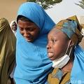 ナイジェリア北西部ザムファラ州ジャンゲベで拉致被害後に解放され、家族と再会した生徒ら(2021年3月3日撮影)。(c)Aminu ABUBAKAR / AFP