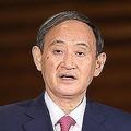 記者団の取材に応じる菅義偉首相=2020年10月16日午後、首相官邸