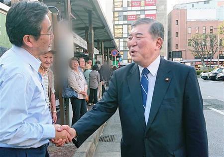 自民党候補者への支持を呼びかける石破茂元幹事長(右)=10日午後、千葉市(奥原慎平撮影)