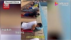 四川省成都市のある大学の学生らは非常にユニークな水泳の授業を受けた。学生らは各自持参した洗面器に水を張り、教員の指導のもと、クロールの息継ぎ練習を行った。