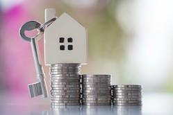 住宅ローンを借りるときに、30年、35年と長期の返済期間で組むと毎月の返済額は少なくてすみます。その分、繰り上げ返済をして、できるだけ早くローンを完済したいという人が多くなっています。