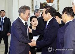 昨年の12月14日、ソウルの青瓦台(大統領府)で文在寅(ムン・ジェイン)大統領(左)とあいさつする額賀氏=(聯合ニュース)