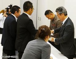 馬淵氏(右)、山本氏と名刺交換する浜田氏(左)。この後、閉め出された