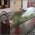74歳の男性が入っていた冷凍ケース(画像は『The Sun 2020年10月15日付「COLD HEARTED Family stunned as 'dead' man, 74, put in freezer box by his brother pulled out alive 24 hours later」(Credit: NDTV)』のスクリーンショット)