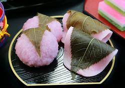 (左から)関西風、関東風の桜餅