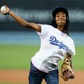 始球式で力強い直球を投げ込んだモネ・デービスさん【写真:Getty Images】