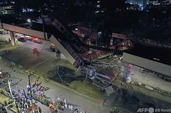 メキシコ首都・メキシコ市で、列車通過中に高架橋の一部が崩落した事故の現場(2021年5月3日撮影)。(c)PEDRO PARDO / AFP