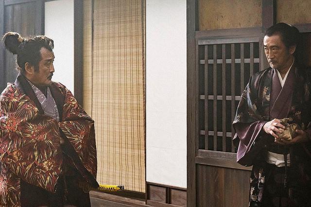 大河ドラマ「麒麟がくる」第1話。松永久秀を演じた吉田鋼太郎(左)と刀や鉄砲を扱う店の店主役でゲスト出演した大塚明夫(C)NHK