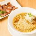 「チャーシューそば」(1,100円)。齋藤シェフ自慢の広東式チャーシューが別皿で付く。中華そばにのせてもいいが、まずはそのまま味わいたい