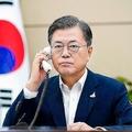 菅政権との向き合い方に注目が集まる(AFP=時事)