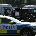 スウェーデン南部エシルストゥーナにあるハルビー刑務所に出動した警察の特殊部隊(2021年7月21日撮影)。(c)Karlsson Per / TT NEWS AGENCY / AFP