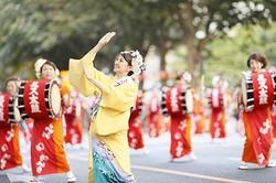 パレードの先頭ではミスさんさ踊りが華麗な踊りを見せる/写真は主催者提供