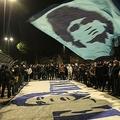 イタリア・セリエA、ナポリのレジェンドであるディエゴ・マラドーナ氏が亡くなったことを受け、本拠地サン・パオロ・スタジアムの周りで旗を振って追悼するファン(2020年11月25日撮影)。(c)CARLO HERMANN / AFP