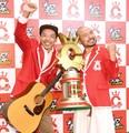 喜びを爆発させる、どぶろっくの森慎太郎(左)と江口直人=TBS(撮影・園田高夫)