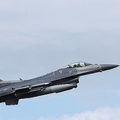 F16戦闘機が米空軍基付近の倉庫に衝突し火災が発生 操縦士は脱出