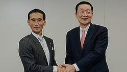 ドン・キホーテの大原孝治社長兼CEOとユニー・ファミリーマートホールディングスの高柳浩二社長