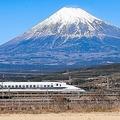 2019年2月2日、静岡県、冬の富士山背景に走る新幹線
