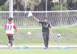 副審として旗を振る内田ロールモデルコーチ(右)