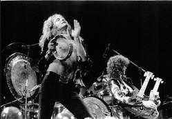 レッド・ツェッペリン、1975年のライブ。ロバート・プラント(左)とジミー・ペイジ〔PHOTO〕Gettyimages