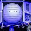 米首都ワシントンで、月面着陸船「ブルームーン」を披露するジェフ・ベゾス氏(2019年5月9日撮影)。(c)SAUL LOEB / AFP