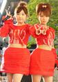 「W(ダブルユー)」の辻希美(右)と加護亜依(05年撮影)