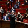 国民議会で発言するフランスのジャン・カステックス首相(中央、2020年11月10日撮影)。(c)THOMAS COEX / AFP