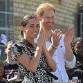 南アフリカ・ケープタウンにあるNGOを訪問するヘンリー王子とメーガン妃(2019年9月23日撮影)。(c)Courtney AFRICA / POOL / AFP