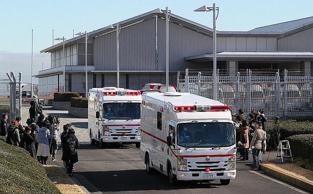 チャーター機の到着後、羽田空港を出る救急車両=東京都大田区で2020年1月29日午前10時16分、長谷川直亮撮影