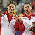 北京五輪、テニス男子ダブルスで優勝したスイスのロジャー・フェデラー(左)とスタン・ワウリンカ(2008年8月16日撮影)。(c)PHILIPPE HUGUEN / AFP
