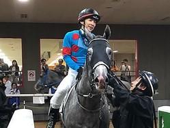 土曜東京5R新馬は10番人気の伏兵ヴィンカマヨールが大外一気の差し切り勝ち