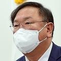 議員総会で発言する金太年氏=8日、ソウル(聯合ニュース)