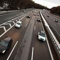 ドイツの速度無制限区間がある自動車専用道路「アウトバーン」。時速200キロで走っていても、バンバン追い抜いていく車がいる