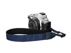 お気に入りのカメラをカモ柄ストラップで大人っぽく演出できます