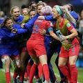 女子サッカーW杯フランス大会、グループF、米国対タイ。チームメートと得点を喜ぶ米国のミーガン・ラピノー(中央、2019年6月11日撮影)。(c)Lionel BONAVENTURE / AFP