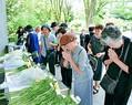 (写真)花を手向け、戦没者に手を合わせる人々=15日、東京都千代田区