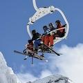 仏アルプスのバルトランス・スキーリゾートで、リフトに乗るスキー客(2018年1月5日撮影)。(c)PHILIPPE DESMAZES / AFP