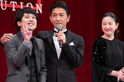 (左から)二宮和也、木村拓哉、吉高由里子。温かい声をかけられた二宮は、目に涙を浮かべていた