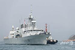 香港のビクトリア・ハーバーで停泊準備中のカナダ海軍のフリゲート艦バンクーバー(2018年5月3日撮影、資料写真)。(c)Anthony WALLACE / AFP