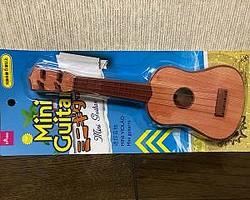 ダイソーのミニギター(110円)