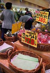 朝から多くの客が野菜を買い求め、一時品薄となった=2019年10月11日午後3時39分、東京都練馬区のスーパー「アキダイ」、藤原伸雄撮影
