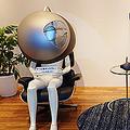 NHK技研で示された個人用ドーム型ディスプレイ(左)