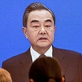 中国・北京にある全国人民代表大会のメディアセンターで放映される、王毅外相の記者会見(2020年5月24日撮影)。(c)AFP/NICOLAS ASFOURI