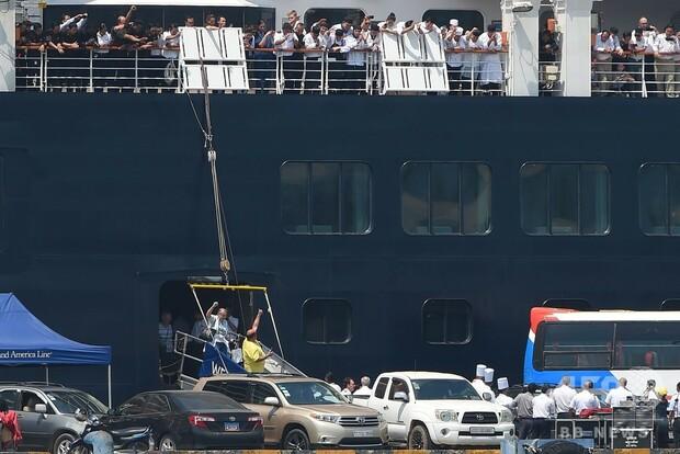 [画像] カンボジア入港のクルーズ船、足止めの乗客らの感染なし 喜びの下船