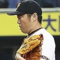 11回、ヤクルト・青木(右)に勝ち越しの生還を許した巨人・上原=京セラドーム(C)KYODO NEWS IMAGES