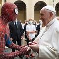 教皇 スパイダーマンと握手